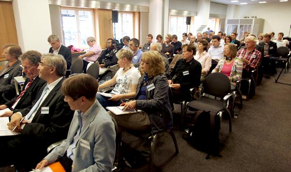 Vortrag zur Fachtagung in Kassel. Sozialer Keil – sozialer Kitt: Die Vermittlerrolle der Bürgermedien in Europa. Foto. Rolf Strohmann